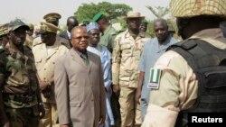 Penjabat PM Mali Diango Cissoko (ketiga dari kiri) saat mengunjungi kota Banamba, mengunjungi pasukan Nigeria yang membantu Mali (9/4).