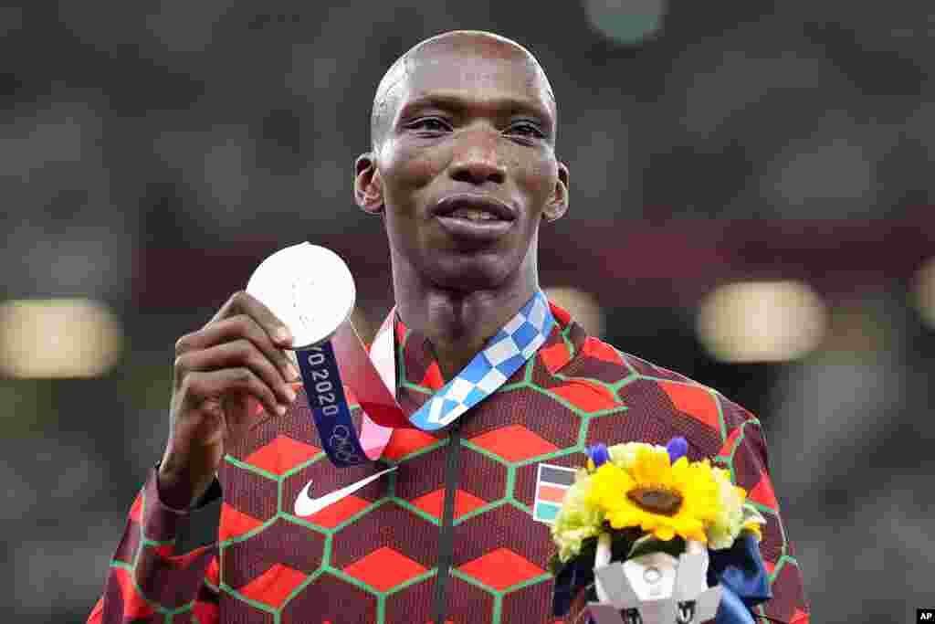 Medalha de prata, Timothy Cheruiyot, do Quénia, no pódio durante a cerimónia de medalhas dos 1500 metros masculinos. 7 de Agosto, 2021, Tóquio. (AP Photo/Martin Meissner)