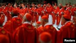 Aba Cardinaux, bari mu misa kw'isengero St. Peter's Basilica i Vaticano kw'igenekereoz rya 12 ry'ukwezi kwa gatatu, umwaka w'2013 .