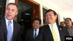 US Ambassador Willaim Heidt meets Kem Sokha, acting president of the Cambodian National Rescue Party at the National Assembly, February 8, 2016. (Pin Sisovann/VOA Khmer)