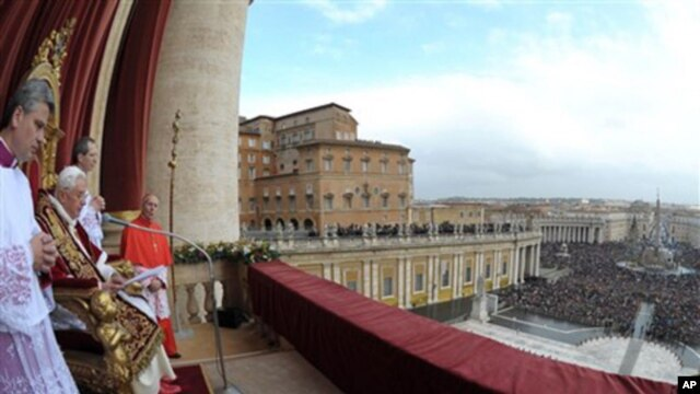"Pope Benedict XVI delivers the ""Urbi et Orbi"" (to the City and to the World) message in St. Peter's square at the Vatican, 25 Dec 2010"