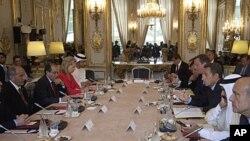 ປະທານາທິບໍດີຝຣັ່ງທ່ານ Nicolas Sarkozy (ທີ 3 ຈາກຂວາ) ກ່າວຕໍ່ບັນດາສະມາຊິກຂອງກຸ່ມປະສານງານ ຕິດຕໍ່ກ່ຽວກັບລີເບຍ ໃນລະຫວ່າງກອງປະຊຸມທີ່ທຳນຽບ Elysee ໃນກຸງປາຣີ (1 ກັນຍາ 2011)