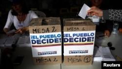 Una mujer emite su voto en el plebiscito contra el gobierno del presidente venezolano Nicolás Maduro, en Caracas, Venzuela, el domingo 16 de julio de 2017.