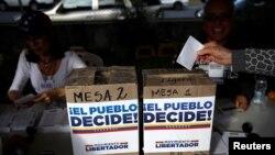 委内瑞拉反对派组织的反对总统马杜罗修宪的非官方全民公投,首都加拉加斯一名妇女投下选票。(2017年7月16日)