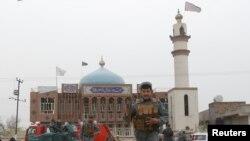 ایک پولیس اہل کار کابل کیایک شیعہ مسجد کے باہر پہرہ دے رہا ہے۔ فائل فوٹو