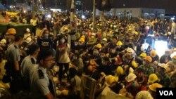 Hàng ngàn người đối đầu với cảnh sát tại một điểm biểu tình 1/12/14