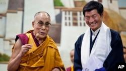 지난 6월 티베트의 정신적 지도자 달라이라마(왼쪽)가 티베트 망명 정부 롭상 산가이 총리와 함께 인도 다름살라의 티베트 어린이 학교를 방문했다. (자료사진)