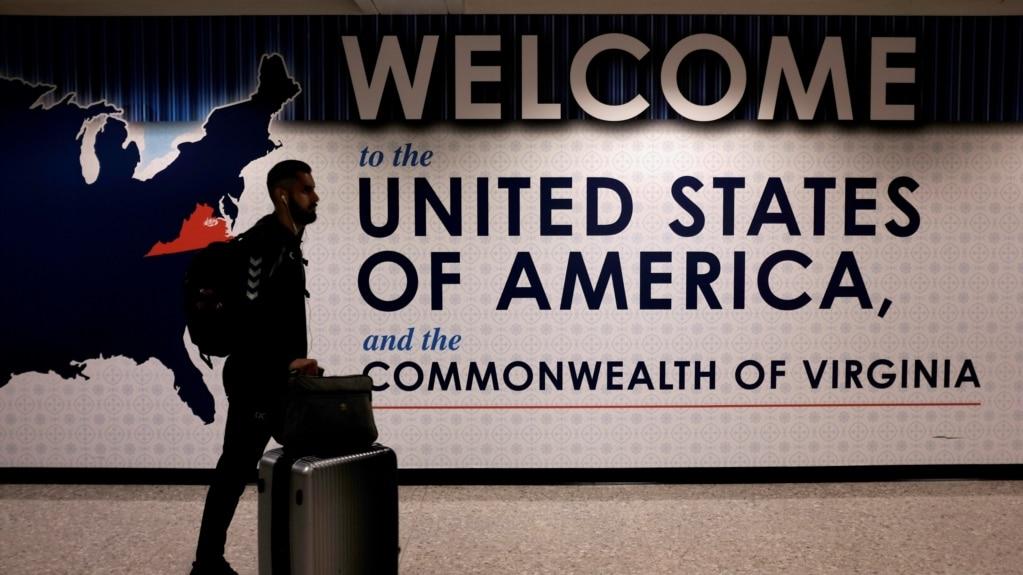 Một hành khách đến Sân bay Quốc tế Dulles Washington ở bang Virginia, ngày 26 tháng 6, 2017.