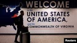 一名国际旅客抵达华盛顿杜勒斯国际机场。(资料照片)