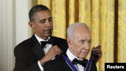 Presiden AS Barack Obama (kiri) menganugerahkan Medali Kebebasan untuk Presiden Israel Shimon Peres di Washington DC (13/6).