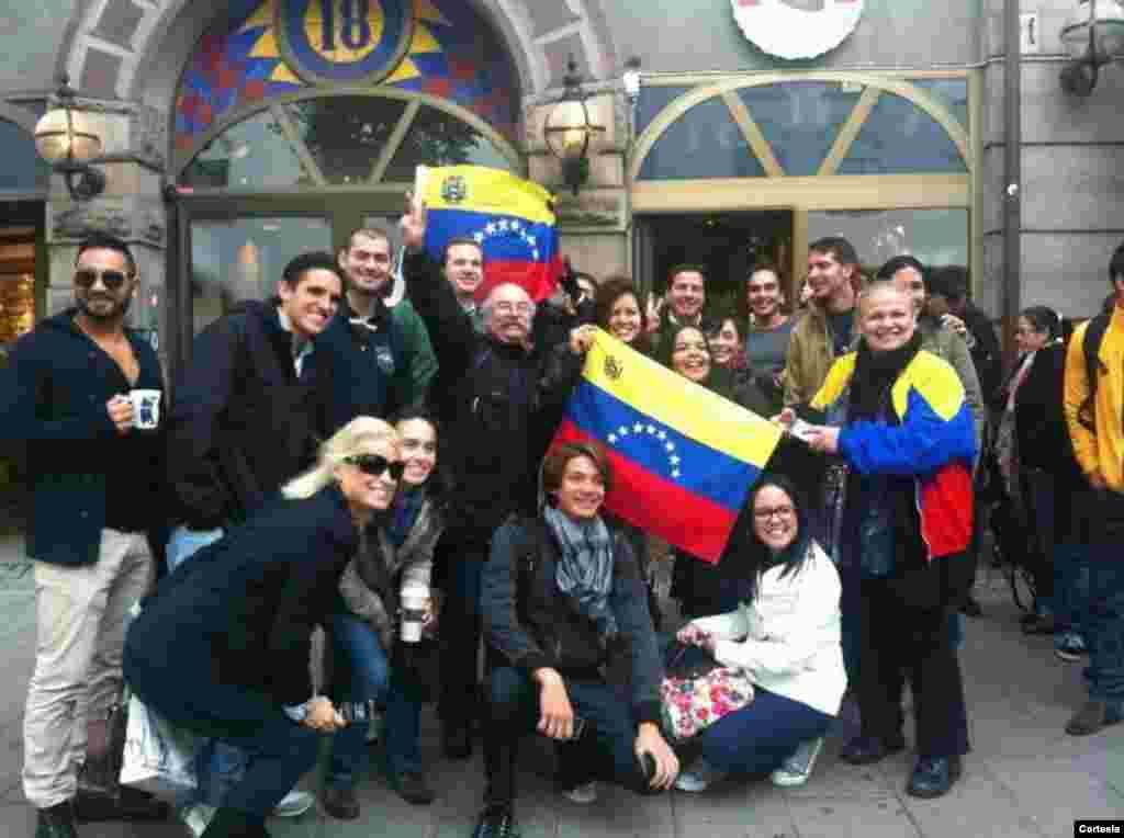 Los venezolanos con mucho ánimo se agrupan alrededor de las instalaciones de la embajada de Venezuela en Washington , DC para cumplir con su deber cívico. [Foto: Clarisa Mogollón, cortesía]