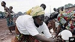 科特迪瓦妇女在取水