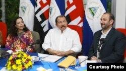El presidente nicaraguense Daniel Ortega (centro) y la primera dama, Rosario Murillo, conversan con el vicepresidente iraní, Ali Saeidlo.[Foto: presidencia de Nicaragua].