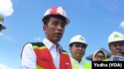 Presiden Jokowi saat meninjau bendungan Gondang di Karanganyar, Jawa Tengah, Kamis, 2 Mei 2019. (Foto: VOA/Yudha)