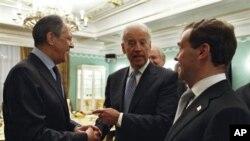 Слева направо: Сергей Лавров, Джозеф Байден, Дмитрий Медведев. Архивное фото 2011г.