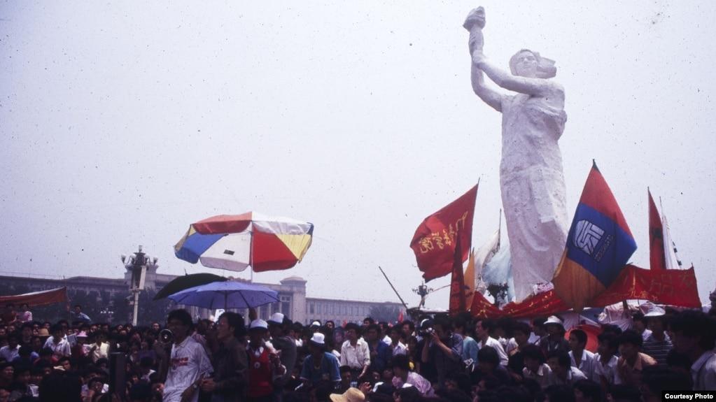 资料照:1989年天安门广场的民主女神像和要求民主的学生。