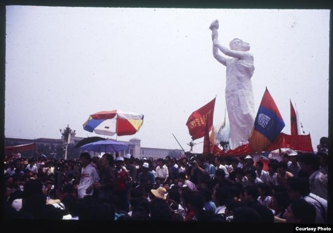 1989年天安门广场的民主女神像和要求民主的学生。