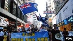 香港本土團體發起「追數日」遊行,要求當局削減大陸自由行旅客,有遊行人士揮舞港英旗幟(美國之音湯惠芸)