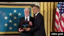 Племянник Эмила Капоуна Рэй принимает медаль из рук Барака Обамы