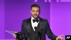 Justin Timberlake menerima penghargaan sebagai Artis Pria Favorite - pop/rock pada American Music Awards di Nokia Theatre L.A. 24 Nov., 2013, di Los Angeles.