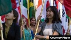 یونیورسٹی آف میزوری میں انٹرنیشنل اسٹوڈنٹس ایک تقریب کے دوران اپنے ملکوں کے پرچم لہرا رہے ہیں۔ فائل فوٹو