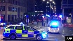 Fotografía tomada en un teléfono móvil muestra carros de la policía bloqueando la entrada al Puente de Londres, 3 de junio de 2017.