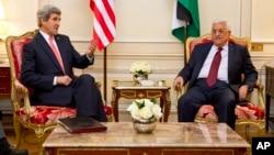 Госсекретарь США Джон Керри в Париже с президентом Палестинской автономии Махмудом Аббасом