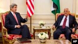 Menlu AS John Kerry (kiri) dan Presiden Palestina Mahmoud Abbas di Paris (19/2).