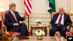 존 케리 미국 국무장관(왼쪽)과 마흐무드 압바스 팔레스타인 자치정부 수반이 지난 2월 프랑스 파리에서 중동 평화회담 진전 방안을 논의했다.