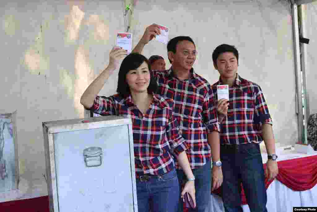 "Gubernur Jakarta Basuki ""Ahok"" Tjahaja Purnama dan istrinya Veronica serta putra mereka Nicholas Sean memberikan suara di TPS Pantai Mutiara, Jakarta Utara (15/2). (Courtesy: Tim Pemenangan Badja)"