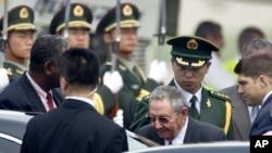 El presidente cubano Raúl Castro (centro) sube al auto a su llegada al aeropuerto internacional de Pekín, este miércoles 4 de julio de 2012.