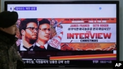 Màn hình TV chiếu quảng cáo bộ phim 'The Interview' của hãng Sony Picture's tại Trạm xe lửa Seoul ở Seoul, Nam Triều Tiên,22/12/2014.