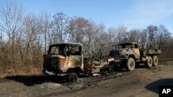 Các xe quân sự của Ukraine bị phá hủy nằm bên lề đường dẫn tới Debaltseve.
