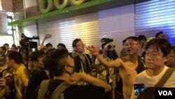 9月15日晚10時半左右,北角新都城大廈一帶仍有不同政見人士爭執及打鬥。(攝影: 美國之音湯惠芸)