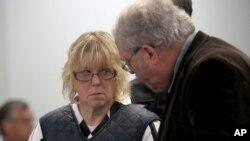 Joyce Mitchell consulta con su abogado Steven Johnston al presentarse a una corte del estado de Nueva York.