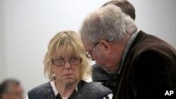 Joyce Mitchell, débout avec avec son avocat, Steven Johnson, comparait devant le juge Buck Rogers au tribunal de Plattsburgh city, New York, 15 juin 2015