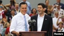 ທ່ານ Mitt Romney ຜູ້ສະມັກປະທານາທິບໍດີຂອງພັກຣີພັບບລີກັນ ແນະນຳຕົວສະມາຊິກສະພາຕໍ່າສະຫະລັດ ທ່ານ Paul Ryan ທີ່ສະມັກເປັນຮອງປະທານາທິບໍດີຮ່ວມກັບທ່ານໃນລະຫວ່າງການໂຄສະນາຫາສຽງຢູ່ເທິງກຳປັ່ນລົບ USS Wisconsin ທີ່ປົດປະຈຳການແລ້ວ ທີ່ເມືອງ Norfolk ລັດເວີຈີເນຍ (11 ສິງຫາ 2012)
