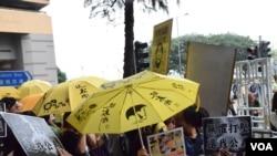 支持曾健超的示威者高舉黃傘及標語在法院外集會 (美國之音 湯惠芸拍攝)