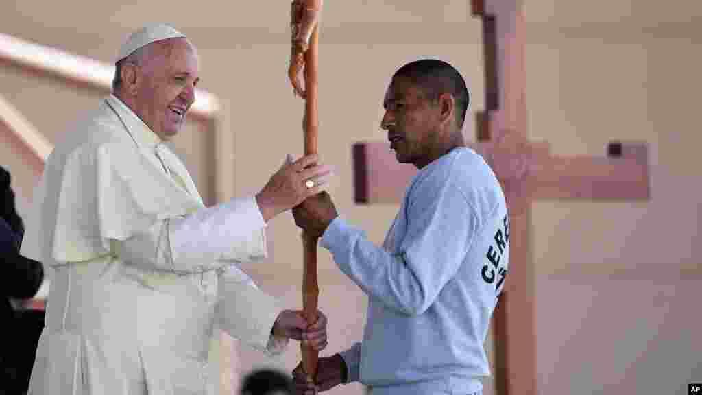 François reçoit une croix faite par un détenu durant sa visite en prison, Mexique, 17 février 2016.