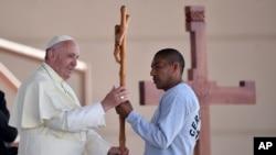 Le pape François reçoit une croix faite par un détenu à la prison CERESO n. 3, à Ciudad Juarez, Mexique, 17 février 2016.