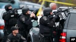19일 미국 메사추세츠 주 워터타운 주택가에서 용의자를 추적 중인 보스턴 경찰들. 보스턴 경찰당국은 워터타운 주민들에게 집 밖으로 나오도록 당부했다.