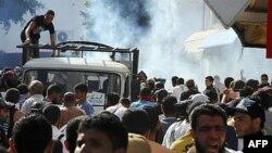 Cảnh sát dùng hơi cay để giải tán người Hồi Giáo biểu tình ở Tunis, Tunisia, 14/10/2011