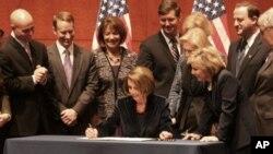 佩洛西签署法案