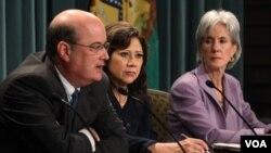 De izquierda a derecha, el comisionado de Seguridad Social, Michael Astrue, y las secretarias del Trabajo,Hilda Solís, y de Salud, Kathleen Sebelius.