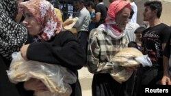 Cư dân trong tỉnh Idlib của Syria mua bánh từ cửa hàng duy nhất còn mở cửa, 1/8/12