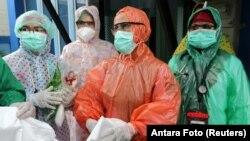 Para petugas medis di Aceh mengenakan jas hujan sekali pakai untuk menangani pasien Covid-19 (foto: Antara). Petugas kesehatan paling berisiko terpapar virus corona.