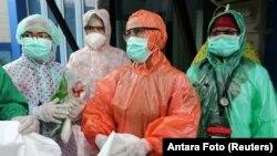 Banyak perawat harus mengenakan jas hujan sekali pakai karena kelangkaan APD (foto: ilustrasi).
