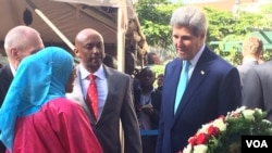 美国务卿克里在美驻内罗毕大使馆1998年8月7日爆炸案遗址向死难者献花圈(2015年5月4日)