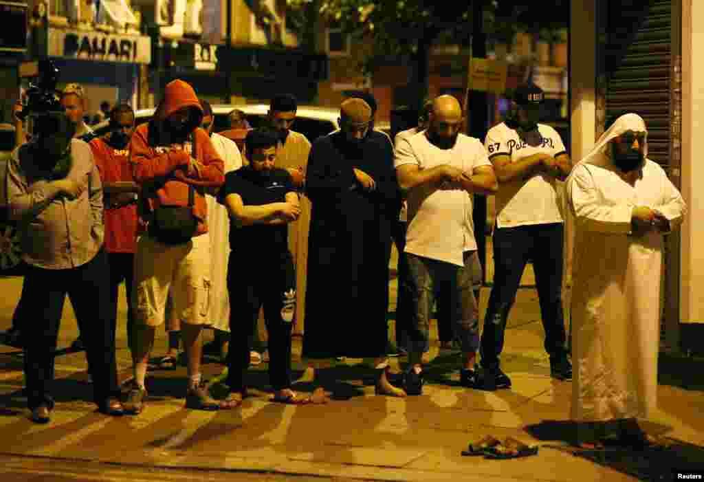 مسلمانان مورد حمله در لندن، بعد از رفع خطر به نماز ایستادند. در حمله خودروی ون به مسلمانان یک نفر کشته شد.