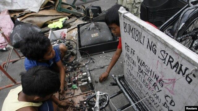Miles de niños en el todo el mundo trabajan descomponiendo partes de aparatos electrónicos con graves riesgos para su salud.